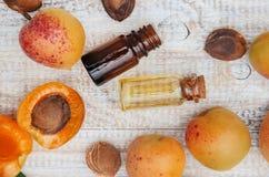 在一个小瓶子的杏子油 选择聚焦 免版税库存照片