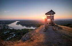 在一个小的城市上的木旅游观测塔有河的 库存照片