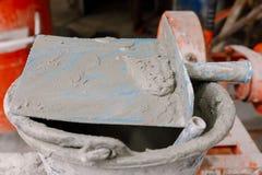 在一个小的桶的坚硬水泥在建造场所 库存照片