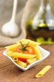 在一个小的碗的原始的penne意大利面食,选择聚焦 库存图片