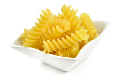 在一个小的碗的Fusilli,意大利意大利面食 免版税库存图片