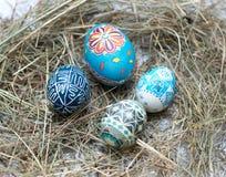在一个小的篮子的五颜六色的复活节彩蛋 复活节背景,春天题材 免版税图库摄影