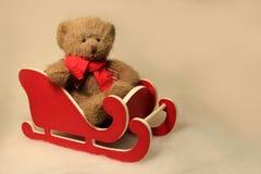 在一个小的红色雪撬的玩具熊 库存图片