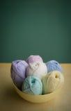 在一个小碗的被分类的毛线在桌面 免版税库存照片