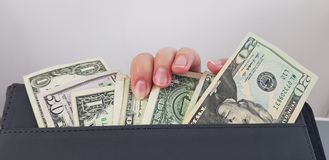 在一个小组的女性手指美国美金 库存照片