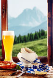 在一个小酒馆的膳食有一个高山看法 库存图片