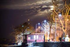 在一个小镇上的超级月亮在国家土耳其 免版税库存照片