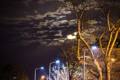 在一个小镇上的超级月亮 免版税库存照片