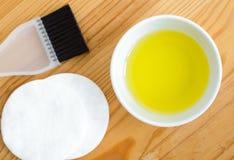 在一个小陶瓷碗的橄榄油准备的自创温泉面孔和头发面具 diy化妆用品的成份 免版税库存照片