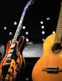 在一个小音乐会的两把经典吉他 免版税库存图片