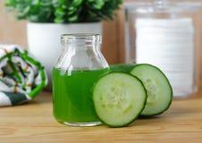 在一个小玻璃瓶子的黄瓜汁准备的自然面部调色剂 自创化妆用品 库存照片