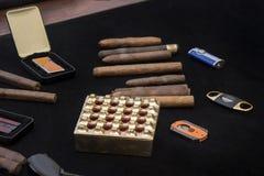 在一个小组的滚动的雪茄在黑色和灰盘 库存照片