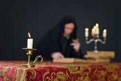 在一个小黄铜烛台的灼烧的蜡烛 免版税库存照片