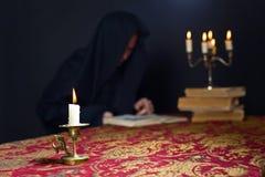 在一个小黄铜烛台的灼烧的蜡烛 免版税库存图片