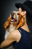 在一个少妇的容忍的俄国西班牙猎狗 免版税库存图片