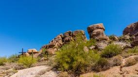 在一个山坡的三个十字架在亚利桑那沙漠 免版税库存照片
