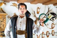 在一个山小屋的猎人在阿尔卑斯山 库存图片