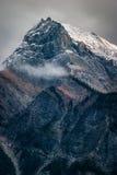 在一个山峰在加拿大罗基斯,英国C的新鲜的雪 图库摄影