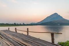在一个山湖的木跳船在早晨 免版税库存图片