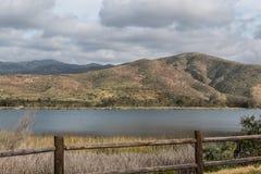 在一个山脉和湖的云彩在Chula比斯塔,加利福尼亚 库存照片