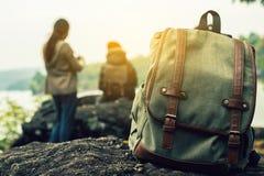 在一个山观点的旅游背包在冬天 库存照片