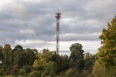 在一个山顶的天线和手机多孔的塔清楚的dayin秋天 库存照片