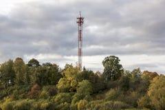 在一个山顶的天线和手机多孔的塔清楚的dayin秋天 免版税图库摄影