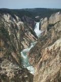 在一个岩石峡谷的瀑布 免版税图库摄影