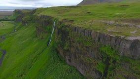 在一个岩石的不切实际地美丽的瀑布在冰岛 安德列耶夫 股票录像