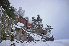 在一个岩石的城堡在冬天森林Monrepo是防护维堡海湾的岸的一个岩石风景公园2018年 免版税库存图片