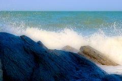 在一个岩石的海海浪在泰国 免版税库存照片