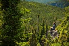 一个岩石的年轻人在自然中间 图库摄影