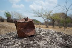 在一个岩石的生锈的老罐头在沙漠 库存照片