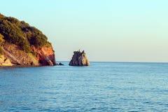 在一个岩石的看法在海 库存照片