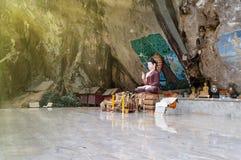在一个岩石的菩萨雕象在古老森林里 库存照片
