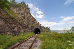 在一个岩石的铁路隧道在贝加尔湖银行。 免版税图库摄影