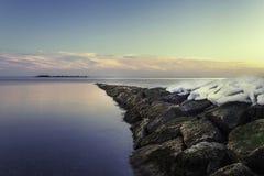 在一个岩石码头的雪 免版税库存照片