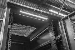 在一个工业选址内被看见的被打开的计算机服务器内阁的特写镜头 免版税库存照片