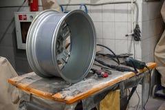 在一个工作凳的汽车合金铸铝外缘有工具的为 免版税库存图片