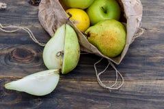 在一个工艺袋子的新鲜水果在黑暗的背景 健康吃的概念 免版税库存图片