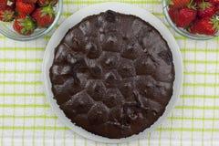 在一个巧克力软糖蛋糕的射击上在国家桌上的 免版税库存照片