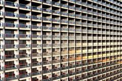 在一个巨大和过度拥挤的公寓的穿制服的看的公寓 库存例证