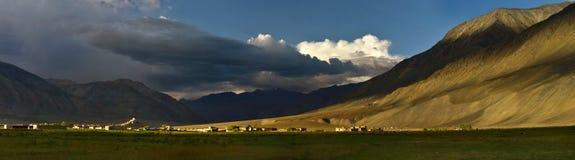 在一个巨大的山谷在日落,西藏,喜马拉雅山中的一间古老佛教徒修道院 免版税图库摄影