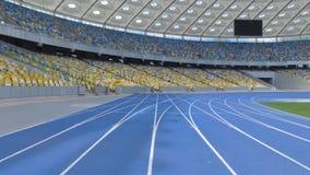 在一个巨大的现代空的体育场里面的空中摄制 飞行在轨道线上 股票视频