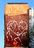 在一个巴黎人大厦的门面的大街道艺术壁画 库存照片