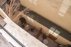 在一个巴黎人房子的底层上的舒适阳台 库存照片
