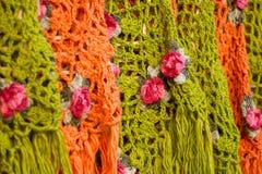 在一个市场上显示的五颜六色的围巾在摩洛哥 库存图片