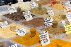 在一个市场上的不同的香料在希腊 免版税库存图片
