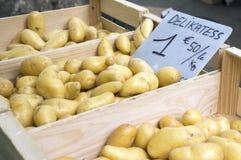 在一个市场上的土豆在法国 库存图片