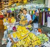 在一个市场上的果子摊位在曼谷 免版税图库摄影